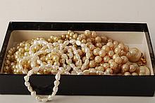 Ensemble de bijoux dans une boite Savons des Isles, en métal, métal doré, p