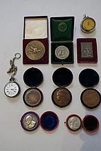 Important ensemble de médailles, certaines dans leurs écrins  On y join