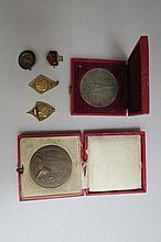 Ensemble comprenant deux pendentifs et deux badges de la fédération françai