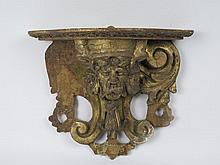 Console d'applique à décor de masque en bois doré Epoque Régence