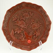 A CINNABAR LACQUER CARVED PLATE. THE BASE MARKED WITH DA QING QIAN LONG NIAN ZHI GILT SIX-CHARACTER.M014.