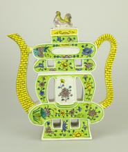 A VINTAGE CHINESE ENAMELED PORCELAIN TEA POT WITH FOO DOG LID.C402.
