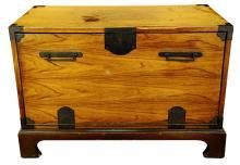 FINE OAK BLANKET BOX, OF PLAIN RECTANGULAR FORM, THE HINGED LID REVEALING A PLAIN INTERIOR RAISED ON BRACKET FEET.