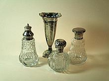 Drie kristallen geslepen flesjes met zilveren dop en zilveren vaasje ca 17cm