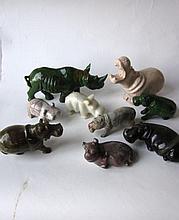 Verzameling van negen stenen nijlpaardjes