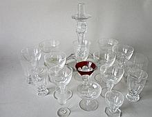 Diverse kristallen glazen en glazen kandelaar