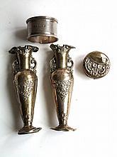 Lotje met oud zilver: Vaasjes, doosje (imperfect) en servetring, 102gr