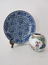 Chinees bord, blauw, 22,5cm, haarscheurtje, en bol vaasje, wit met personages, 10cm