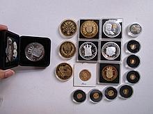 Miniatuur naslag 5 gulden ongeveer 0,71 gr per munt, replica 3 gulden muntstuk 1817 zilver?, 2x herdenkings penningen inhuldiging Willem-Alexander, 2 euro munt met speciale achterzijde, 3x verherdenkingspenningen wo2, penning Wilhelmina, Zilveren