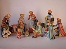 Kerststal met twaalf stuks Goebel beeldjes in goede staat