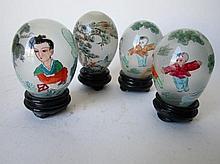 4x Glazen eieren met binnenbeschildering, China 20e eeuw. ca 8cm met sokkeltje