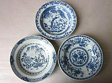 Chinees porseleinen borden, onderglazuur blauw met florale voorstelling, Qing Dynastie 18de /19de eeuw