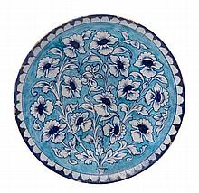 PLAT INDIEN DU XIXe SIÈCLE   en terre cuite à décor floral blanc et ble