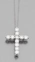 TIFFANY & CO Pendentif croix  en platine et sa chaine. Signé.Longueur de la chaine : 41 cm environ. Poids : 6,6 g.A diamond and platinum cross pendant and its chain by Tiffany & Co.