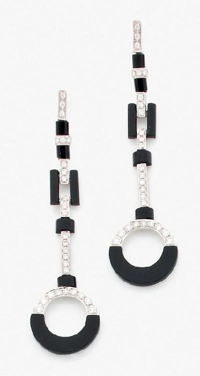 Paire de longs pendants d'oreilles de style Art Déco