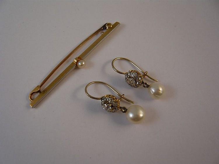 Ensemble comprenant une paire de petites dormeuses en fleurette d'or jaune et diamants retenant une petite perle de culture et une broche barrette en or jaune centrée d'une petite perle. (la broche en 14k). Poids total de l'ensemble : 5,4 g