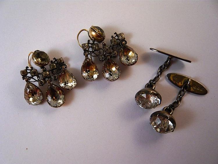 Lot comprenant une paire de pendants d'oreilles