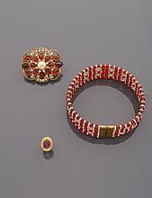 CELINE Collier de chien en cinq rangs de perles de verre rouges et incolores, strass. Signé Accompagné d'une broche centrée d'une perle d'imitation blanche dans un entourage de cabochons de verre rouges et de strass. (Transformée) Non signée Nous y