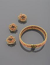 CELINE Demi-parure en métal doré comprenant un collier de chien à deux rangs de perles de métal doré encadrant deux rangs de perles de verre roses et centré d'une ligne de perles de verre noir, strass. Signé Et une paire de boucles d'oreilles