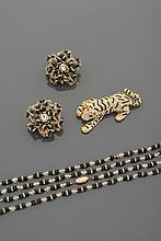 Sautoir et paire de broches en perles de verre incolore et noir facettées, alternées de viroles pavées de strass.    Accompagnées d'une broche tigre en métal doré, pavée de strass et de lignes de laque noire.    (Manques)