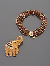 CELINE, VALENTINO Collier de neuf rangs de perles de métal doré, de verre noir et rouge.    Signé Céline    Accompagné d'une broche éléphant en métal doré, pavée de strass et de pierres de verre de couleur.    Signée Valentino