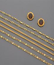 CELINE Lot de trois chaînes en métal doré, accompagnées d'une paire de boucles d'oreille centrées d'un important verre violet.    Signés
