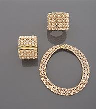 CELINE Demi-parure en métal doré à décor de perles rosées d'imitation séparées par des lignes de strass comprenant un collier collerette et deux bracelets manchettes.    Monogrammés