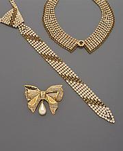 CELINE, FIOCCHI LECCO Lot comprenant un collier cravate en métal doré et strass blancs et noirs. (Signé) Accompagné d'une importante broche noeud. Nous y joignons un collier figurant un col signé Fiocchi Lecco en métal doré, strass noirs et blancs.