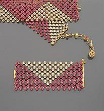 Ensemble comprenant une large ceinture et un bracelet manchette en métal doré serti de triangle de strass blancs et roses.
