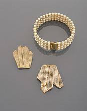 CELINE Collier de chien en métal doré à quatre rangs de perles d'imitation blanches alternées de viroles pavées de strass. Signé    Accompagné d'une paire de broches en métal doré plissé pavé de strass (manques)
