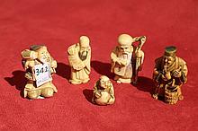 JAPON Ensemble de 5 netsukes en ivoire sculpté représentant deux Immortels, deux paysans, et un petit personnage