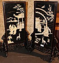 CHINE Paire de petits panneaux en bois plaqués d'un décor en ivoire gravé de personnages dans des architectures. Dans leur supports