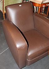 Paire de fauteuils club en cuir marron