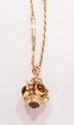 Longue chaîne en or jaune, à maillons allongés et bâtonnets d'or jaune, retenant un pendentif en or jaune cordé serti de citrines et d'une petite perle de culture (petits manques). Poids : 74,1 g. A citrine, cultured pearl and 18K gold pendant and