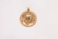 Pendentif médaille en or jaune figurant la Vierge de profil.      Poids : 5,7 g.      An 18K gold pendant.