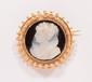 Broche camée en or jaune sur coquillage figurant un profil de femme.       Epoque XIXème.       Poids : 5,4 g.   An 18K gold and sculpted sea shell cameo brooch.
