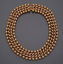 Collier plastron     en métal doré centré de maillons forçats entourés de deux rangs de perles.     Longueur interne : 44 cm environ.