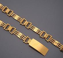 CELINE        Ceinture en métal doré figurant des étriers.