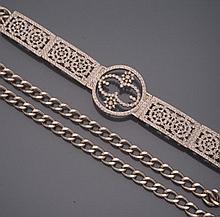 Christian DIOR        Ceinture chaîne en métal argenté à motifs géométriques ponctués de strass.