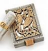 Petit poudrier en argent guilloché, à décor ajouré