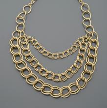 Collier en trois rangs de doubles maillons imbriqués en métal doré.      Longueur ajustable.