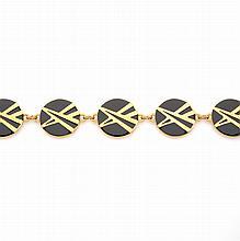 Pierre CARDIN     Collier en métal doré, en maillons ronds émaillés noirs à motif de deux cônes croisés.