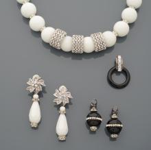 Lot comprenant un très joli collier en perles de céramique blanche, séparées par de petites viroles ponctuées de strass, et trois plus larges au centre; nous y joignons une paire de pendants d'oreilles en métal argenté et céramique blanche et petits strass et deux paires de pendants noirs dont une avec un fermoir en argent.