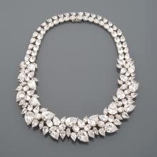 Spectaculaire collier en argent, orné de zirconium de différentes tailles : poires, ovales, navettes.     Inspiré des créations d'Harry Winston.