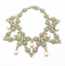KENNETH JAY LANE ( attribué à)     Collier en métal doré, en fleurs de strass verts et incolores dans un entourage de pate de verre imitant la turquoise, des perles d'imitation en pampille.