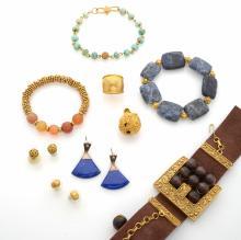 Lot de bijoux en métal doré, et pierres de couleurs composé de trois bracelets, un pendentif, une bague, et trois paires de boucles d'oreilles.     Mexique