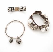 BOTTEGA VENETA, VAN DER BAUWEDE, UNO DE 50     Lot de trois bracelets : un jonc en argent et cuir, un bracelet multi-rangs en métal argenté, perles d'imitation et cuir, un jonc fin en métal argenté.
