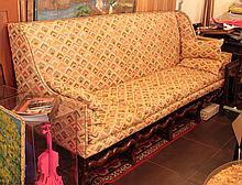 Canapé en noyer, style Louis XIII, piètement os de mouton  H. 110 - L. 232 - P. 75 cm