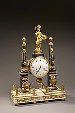 Pendule portique sur une base en marbre blanc. Elle est supportée au moyen de chainettes par deux obélisques en marbre noir à décor de trophées de guerre en bronzes dorés appliqués. Au sommet, une statue d'Athéna casquée et tenant une lance et un