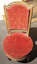 Paire de chaises en bois naturel, dossier en chapeau de gendarme, pieds fuselés à cannelures rudentées. L'une estampillée Maitre Jurande, l'autre d'un monogramme FG  (restaurations)  + chaise d'un modèle proche